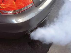 Tipos de humo en automóviles